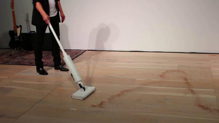 BALMUDA The Cleanerは前後左右、自由に動かして掃除機がけできる
